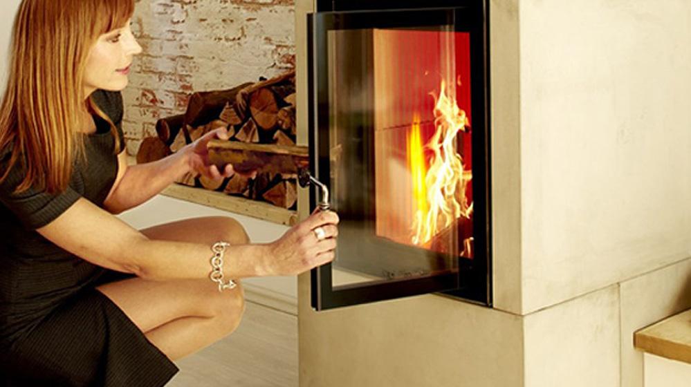 kaminofen anz nden richtig heizen mit holz glut eisen. Black Bedroom Furniture Sets. Home Design Ideas